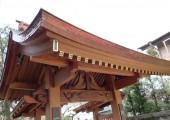 総ケヤキ造りの山門・手水舎